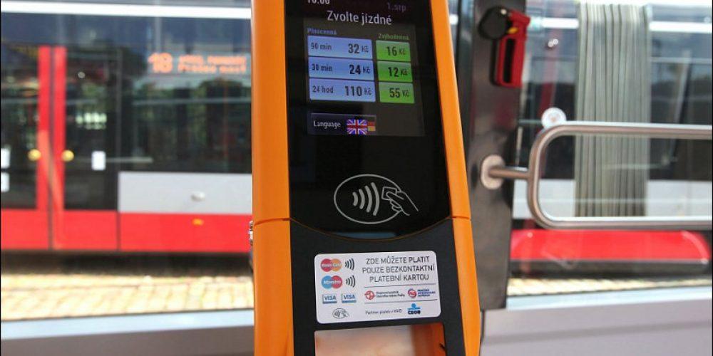 Ve všech tramvajích pražské MHD zakoupíte jízdenku bezkontaktní kartou